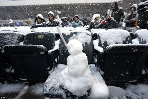 颇有闲心的球迷在椅子上堆了个雪人。