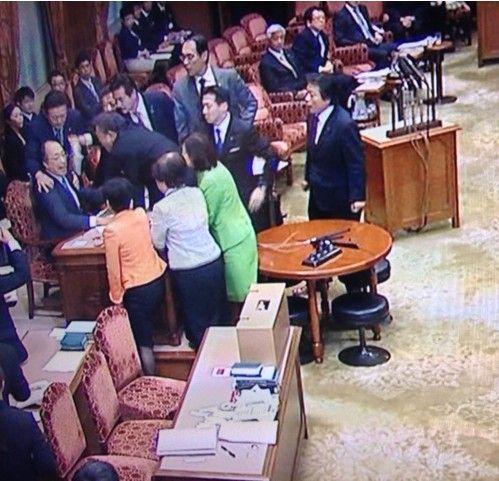 安倍政权强行通过秘保法议员爬桌表抗议(组图)(4)