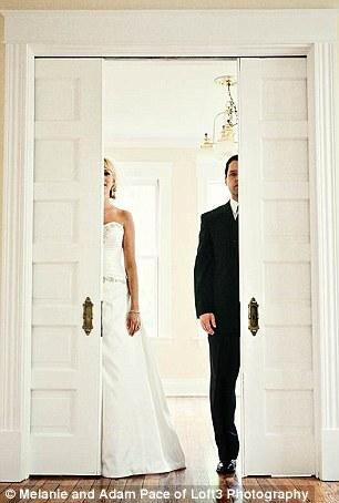 父亲与女儿重拍婚纱照场景纪念亡妻(图)