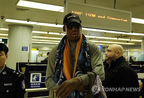前美国NBA球星罗德曼再度踏上访朝之路。图为今天中午他在北京首都机场即将换乘前往平壤的高丽航空班机。(图片来自韩联社)