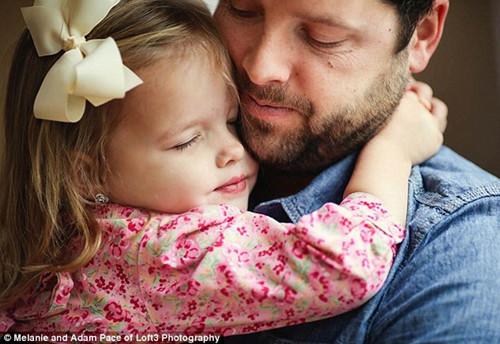 父亲与女儿重拍婚纱照场景纪念亡妻(图)(5)