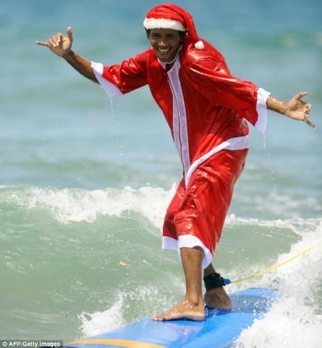 巴厘岛的圣诞节阳光灿烂,不如穿着圣诞老人服装冲个浪。