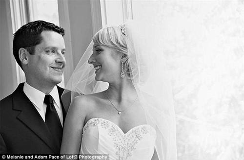 父亲与女儿重拍婚纱照场景纪念亡妻(图)(3)