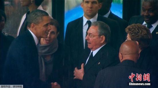 当地时间12月10日,南非约翰内斯堡美国总统奥巴马出席曼德拉官方追悼会,并与古巴领导人卡斯特罗握手致意。