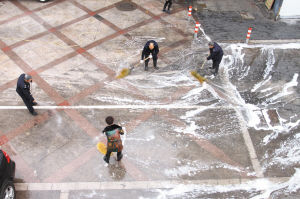 整治负责人还对油烟污染的路段冲水,并撒上洗衣粉,进行精细化打扫。