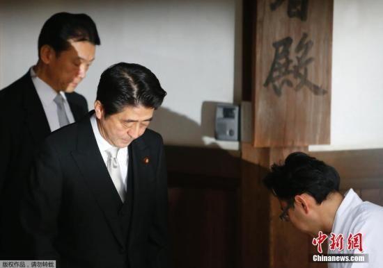 当地时间12月26日,日本东京,日本首相安倍晋三在迎来12月26日执政一周年之际,参拜靖国神社。图为安倍晋三抵达靖国神社。孙冉 摄