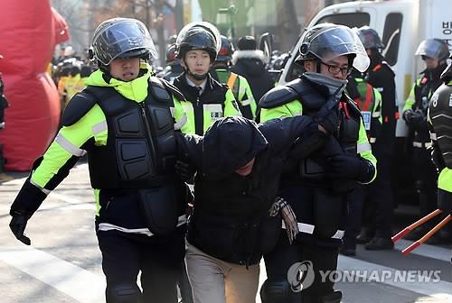 韩国警方逮捕罢工铁道员工爆发激烈肢体冲突