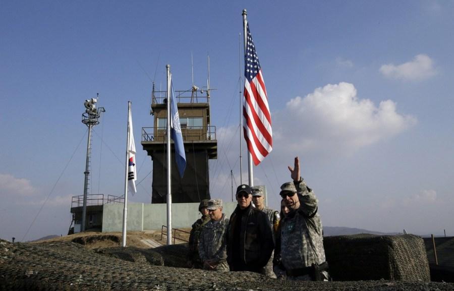 美国副总统拜登参观板门店眺望朝鲜