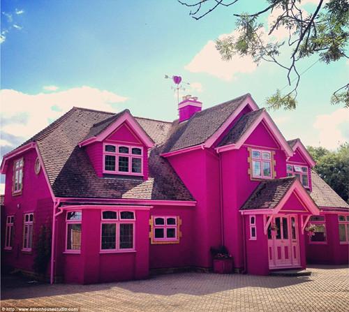 """英国""""梦幻城堡""""似童话粉红色花朵装扮(图)"""