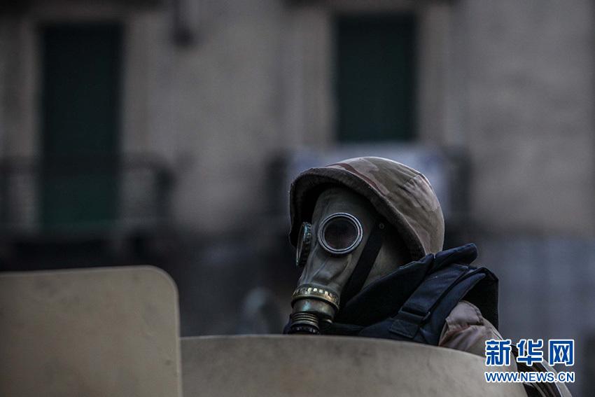 12月1日,在埃及首都開羅解放廣場,參與驅散人群的士兵頭戴防毒面具全副武裝。