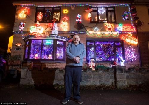 老人用上千饰物布置圣诞屋悼亡妻绚丽异常(图)
