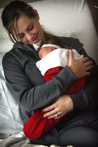 加州医院庆圣诞巨型圣诞袜做新宝宝襁褓(图)