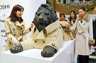 为配合销售宣传日本一百货店给狮子雕像穿风衣