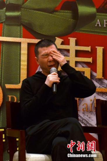 """12月20日,导演冯小刚携电影《私人订制》主创现身苏州宣传造势,接受众媒体专访时称不关心票房,只在乎观众喜欢与否,并表示不惧差评,希望大家继续关注,也继续""""吐槽""""。中新社发 王思哲"""
