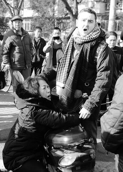 女子倒地后抓住外国小伙儿索赔 供图/李先生