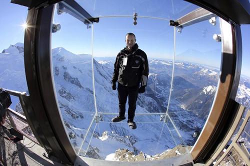 阿尔卑斯山上建透明空中看台游客步步惊心(图)