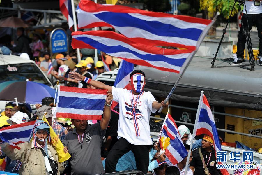 (国际)(10)泰国反政府示威者要求英拉交权