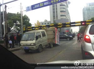小货车经过永康解放桥被龙门架卡住侧翻
