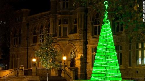 伦敦伊灵镇政府前的这个圣诞树,是由当地学校的孩子们收集的900个塑料瓶子搭成的。