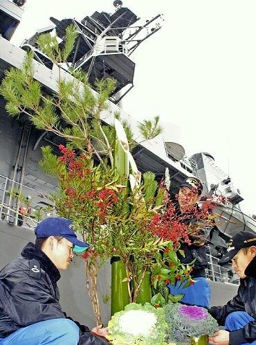 """日本护卫舰船员迎新春在舰上装饰""""门松""""(图)"""