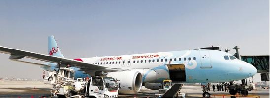 12月29日中午,浙江长龙航空有限公司客运航班成功首航。 本报记者 林云龙 摄