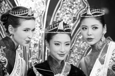 12月21日,2013亚洲小姐总决赛颁奖礼在香港举行。图为获得冠军的辽宁大连佳丽房星彤(中)和吉尔吉斯斯坦佳丽兰娜·董素娃(左)、新疆乌鲁木齐佳丽陈梦圆在颁奖礼上。新华社记者 吕小炜摄