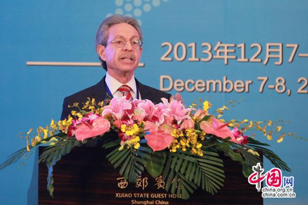 库恩基金会主席库恩发表演讲
