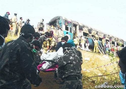 印度夜行列车起火燃烧26人丧生包括2名儿童(图)