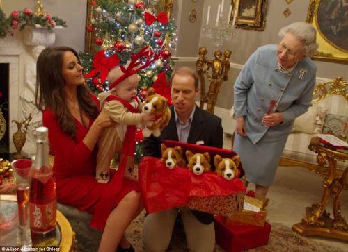 """""""乔治小王子""""打开礼物,手捧可爱的小狗玩具,慈祥的""""女王奶奶""""看着小曾孙。"""