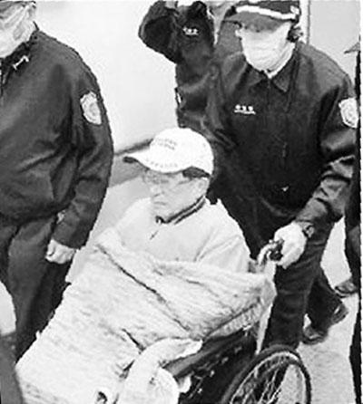 12月13日,陈水扁坐轮椅在法警戒护下前往台中荣总检查。 图片来源:台湾《中国时报》
