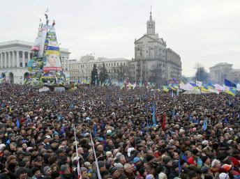 乌克兰多派举行集会美国参议员为反对派演讲