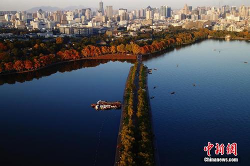 俯瞰杭州西湖白堤。