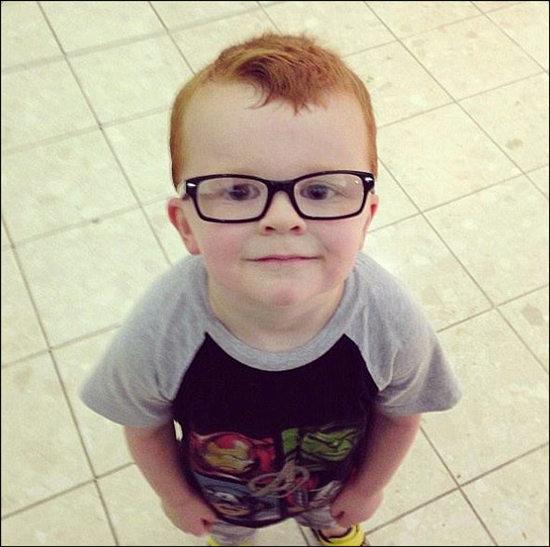 """4岁男孩不肯戴眼镜网友拍""""四眼""""照鼓励(图)"""