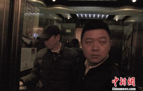 冯小刚(左)与一男子现身酒店(罗攀 耿庆源摄)