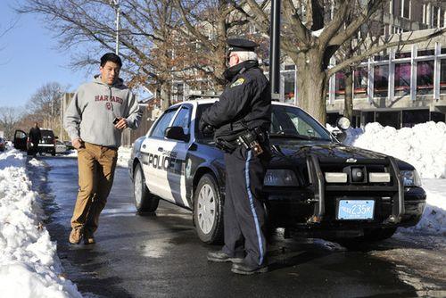 周一(16日),一名警察在马萨诸赛州剑桥市的哈佛大学校内开展安保工作