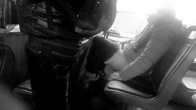 女子褪下裤子坐在公交车上,目击者称其正在小便。读者刘先生供图
