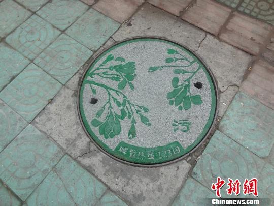 """图为杭州市区刚刚换上""""新衣""""的窨井盖 杭州拱墅城管 摄"""