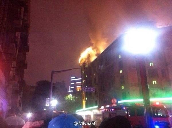 淮海中路雁荡路口的妇女用品商店顶楼发生火灾。微博图