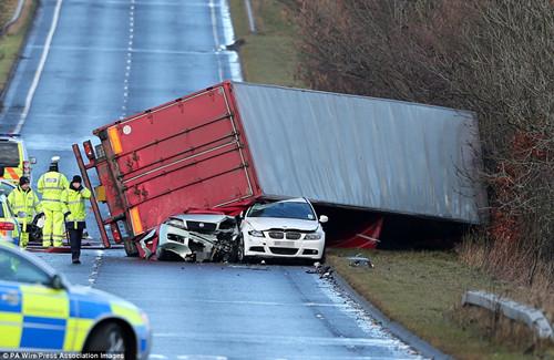在苏格兰,一辆卡车被狂风吹翻,导致卡车司机丧生。