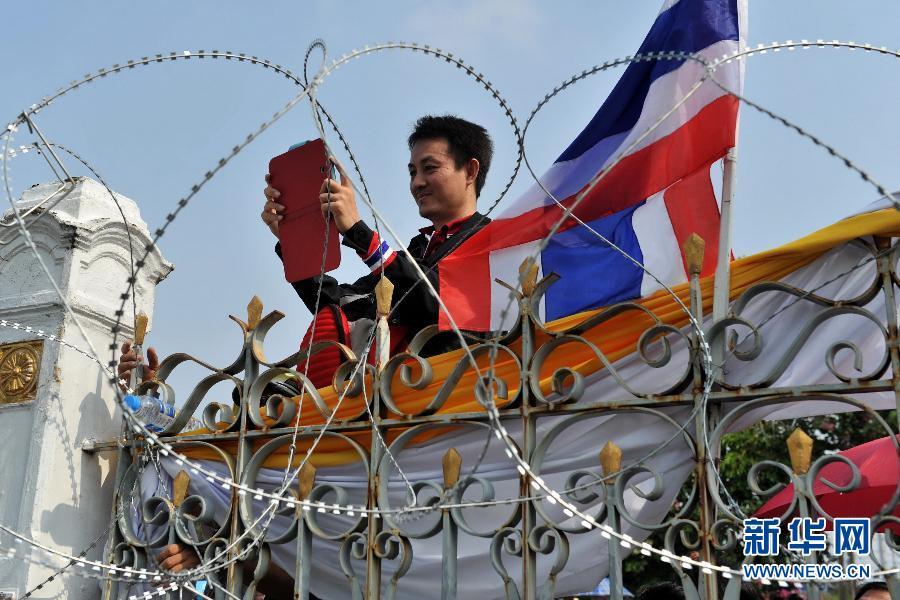 (国际)(3)泰国反政府示威者要求英拉交权
