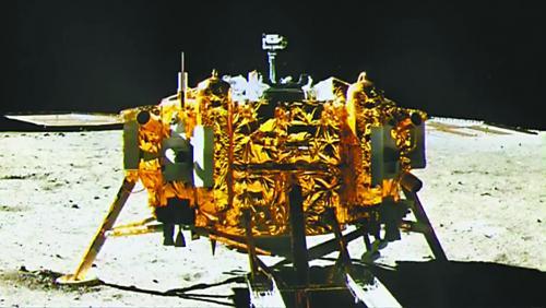 """图片说明:15日,嫦娥三号着陆器(下)和""""玉兔""""号巡视器成功""""互拍"""",""""玉兔""""号上的五星红旗清晰地出现在画面中。"""