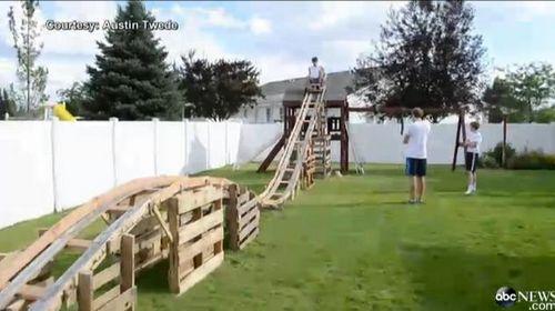 美国男孩花50美元自家后院建15米长过山车(图)