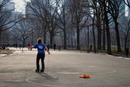 纽约迎来了创纪录的高温,在中央公园休闲的市民中,有不少人穿起了短袖。