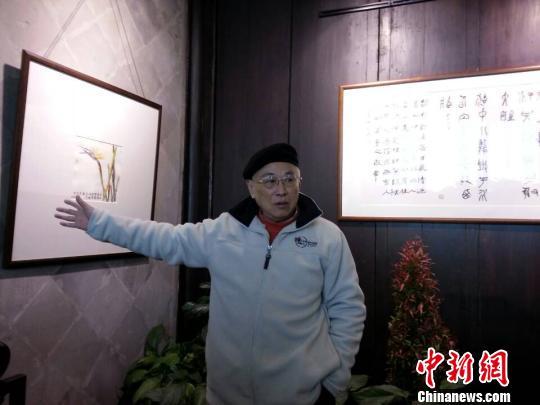图为张耕源向杭州市民介绍作品。 谢盼盼 摄