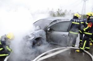 消防正在给王先生的车灭火