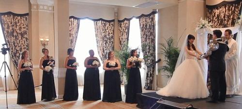 婚礼的最开始,一切看起来很正常。