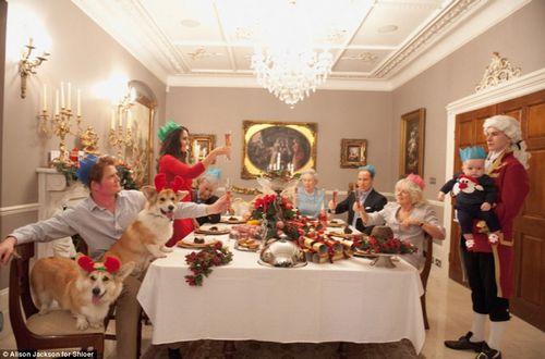 """当所有的礼物都打开后,英国""""王室一家四代人""""围坐在餐桌旁,为""""乔治王子""""的首个圣诞节举杯庆祝。"""