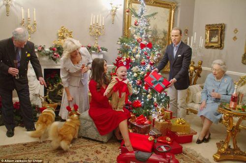 """""""乔治王子""""的爷爷奶奶——""""查尔斯王子""""与""""卡米拉""""与其它""""王室三代人""""一起举杯庆祝圣诞节,""""乔治小王子""""喜笑颜开。"""
