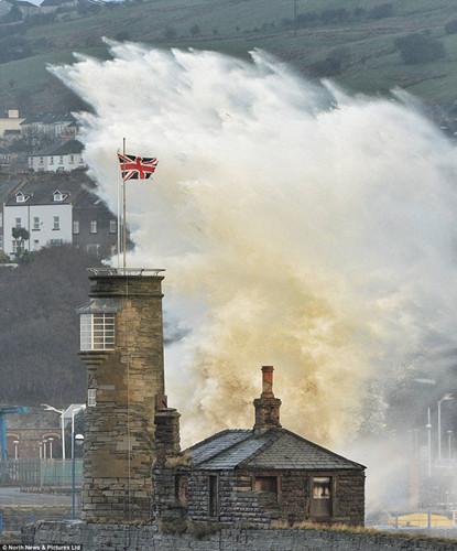 巨浪袭击英格兰西北的坎伯兰海岸。