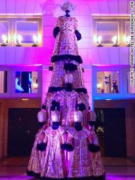 法国波尔多一家酒店的圣诞树,采用了歌剧服装、蕾丝和成百块水晶来装饰。